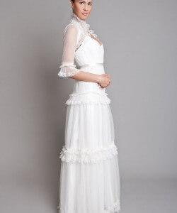 esküvői ruha csipkefodrokkal