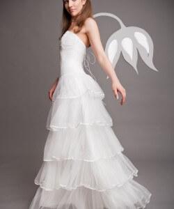 fodrokkal díszített menyasszonyi ruha