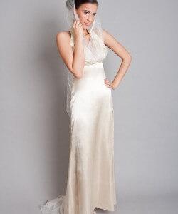 kapucnis szatén esküvői ruha