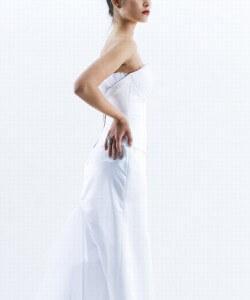 szárnyakkal díszített esküvői ruha
