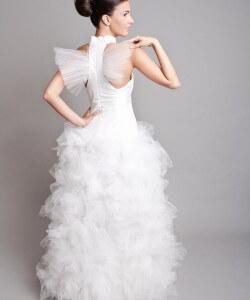 tüllös szárnyas menyasszonyi ruha